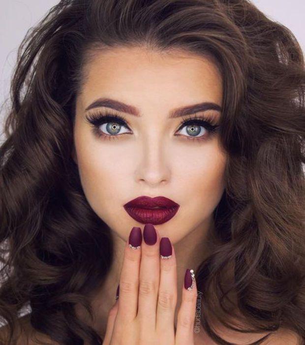 Traditionnel et romantique: le rouge à lèvres rouge profond et matifié