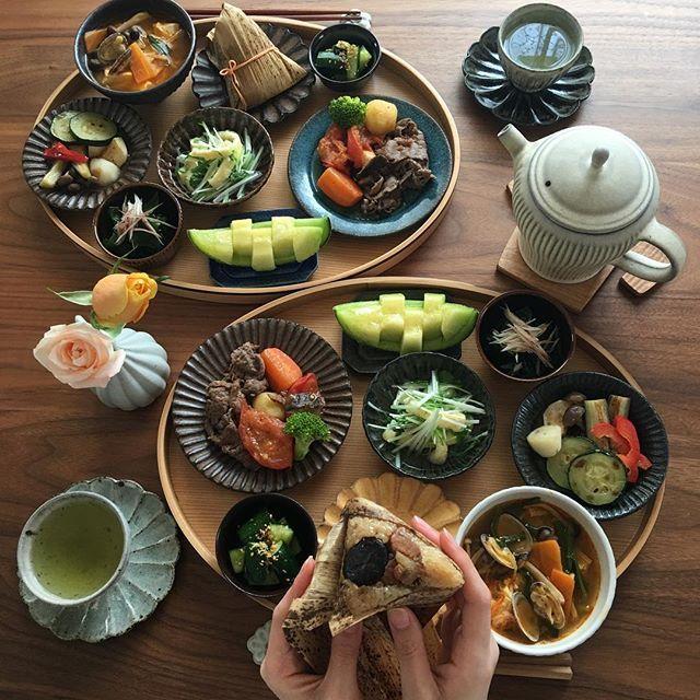 2017.5.5(金) 子供の日のちまき繋がりで 551蓬莱のちまきで朝ごはんです。 豚肉には栗が鶏肉にはうずらの卵が… 東京では催事でしか購入出来ないけど、 とても並びます。 久しぶりに食べましたが美味しかったです♫ . 行楽日和な気持ちの良いお天気です。 引き続き良い1日を♫ . ⁂ ちまき ⁂ スンドゥブ風スープ ⁂ トマト入り肉じゃが ⁂ 水菜の煮浸し ⁂ 野菜の焼き浸し ⁂ わかめと茗荷の酢の物 ⁂ アンデスメロン . . #おうちごはん#お家ごはん #朝ごはん#あさごはん #いえごはん#家庭料理#休日ごはん #551蓬莱 #献立#器#健康ごはん#野菜たっぷり #健康ごはん #丁寧な暮らし #毎日ごはん #料理記録 #料理日記 #料理写真 #豊かな食卓 #クッキングラム #ふたりごはん #花のある食卓 #breakfast #foodphoto #instafood #foodstagram #小澤基晴 #若菜綾子#余宮隆