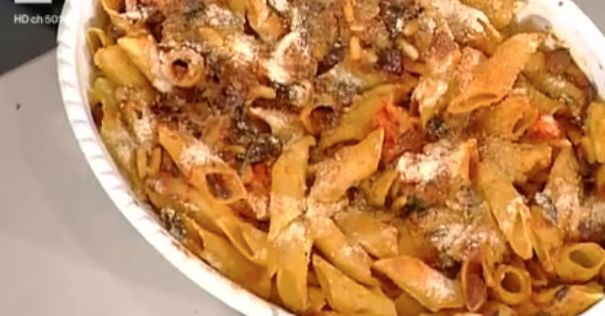 400 g di penne grandi, 4 filetti di acciuga a pezzetti, 150 g di olive di Gaeta, 1 cucchiaio di capperi salati, 3 spicchi di aglio, 150 g di pomodori, 1 cucchiaio di prezzemolo, uva passa, pinoli, sale, olio evo  Preparazione: sbollentiamo i pomodori San Marzano, togliamo la pelle, togliamo a pezzetti e cuociamo in padella con un po' di olio e basilico, saliamo e facciamo cuocere poco.  Togliamo il nocciolo alle olive. In un'altra padella mettiamo olio, gli spicchi di aglio interi, aggiungi