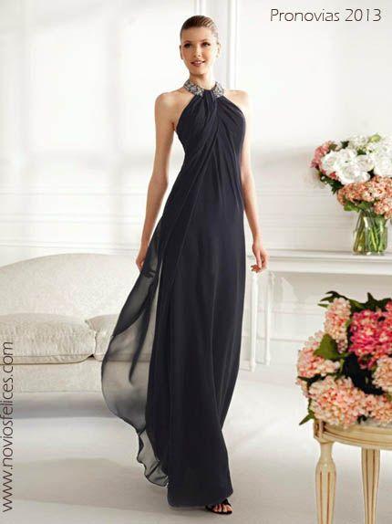 Vestido de noche largo en tono oscuro con silueta suelta y cuello halter bordado en pedrería, modelo Candy