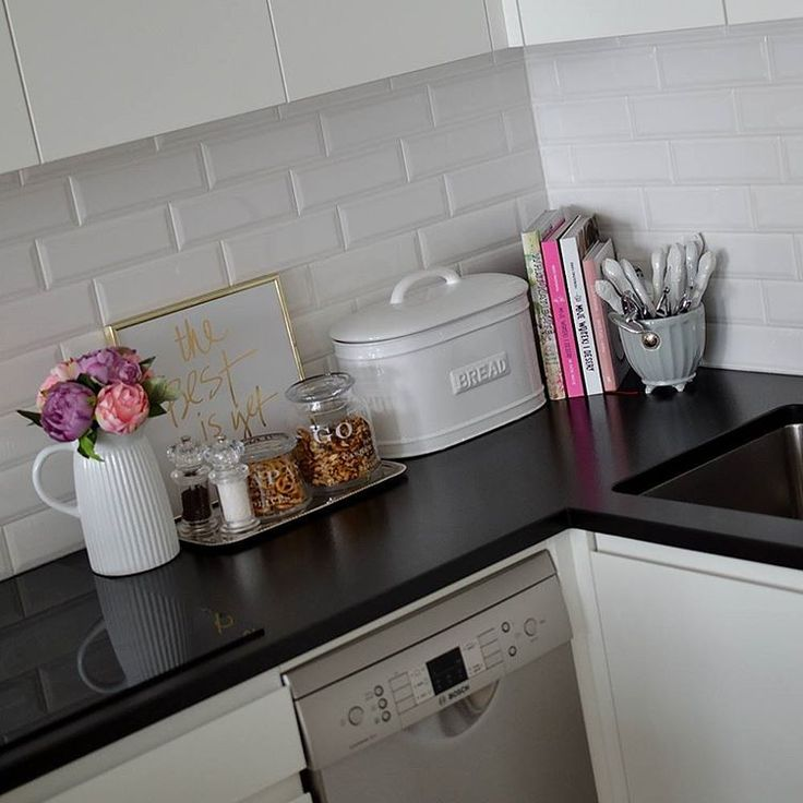 white& black kitchen with a bit of pink ;-)