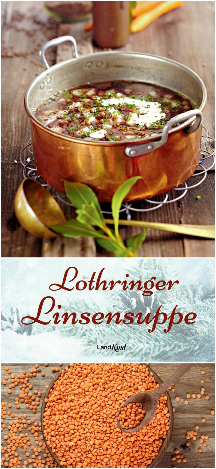 Für die Lothringer Linsensuppe braucht man: 150 g kleine braune Linsen, 80 g geräucherten Speck, 150 g Zwiebeln, 200 g festkochende Kartoffeln, 100 g Karotten, 1 Lorbeerblatt, 1 Gewürznelke, 1,2 l Gemüsebrühe, Salz, Pfeffer, 1/2 TL Zucker, 100 ml Sahne und 1 EL Schnittlauch.  Tipp: Vor dem Servieren je 1 EL saure Sahne als Topping auf die Suppe!