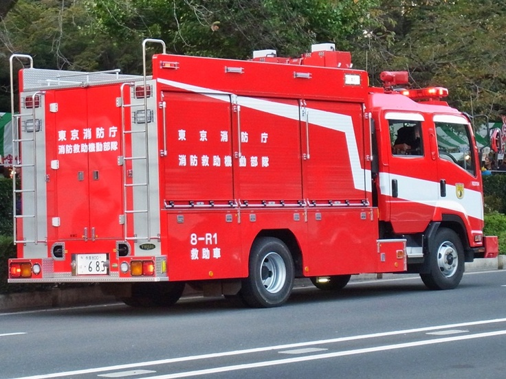 A fire engine (消防車) in Tokyo.