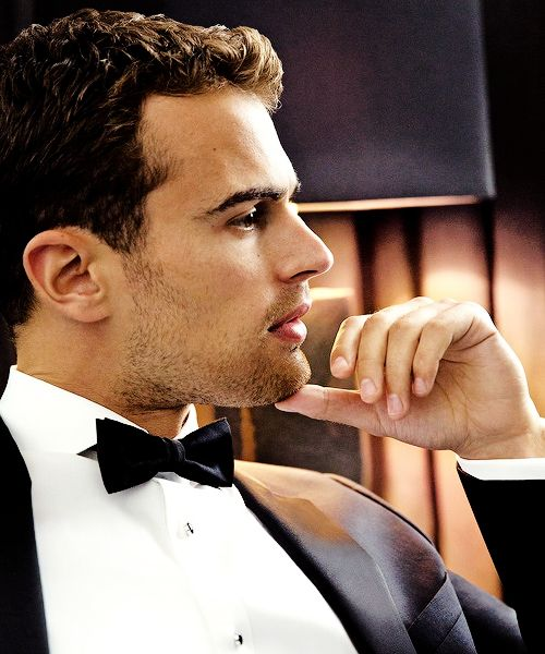 A blog dedicated to the british actor and singer Theo James , our Tobias Eaton. Enjoy it. (♟ )