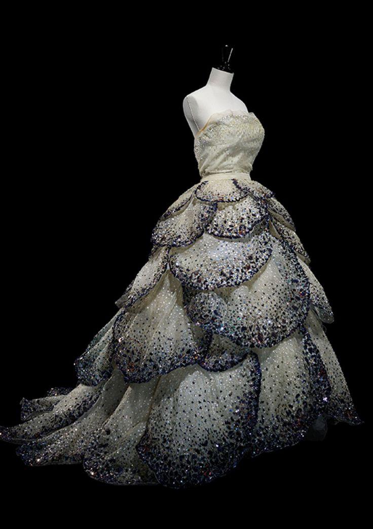 """Modell """"Junon"""" aus mehreren Lagen Seidentüll, bestickt mit leuchtend blauen Pailletten. Das Kleid aus der Kollektion Herbst/Winter 1949 gilt als eines der großen Meisterstücke von Christian Dior."""
