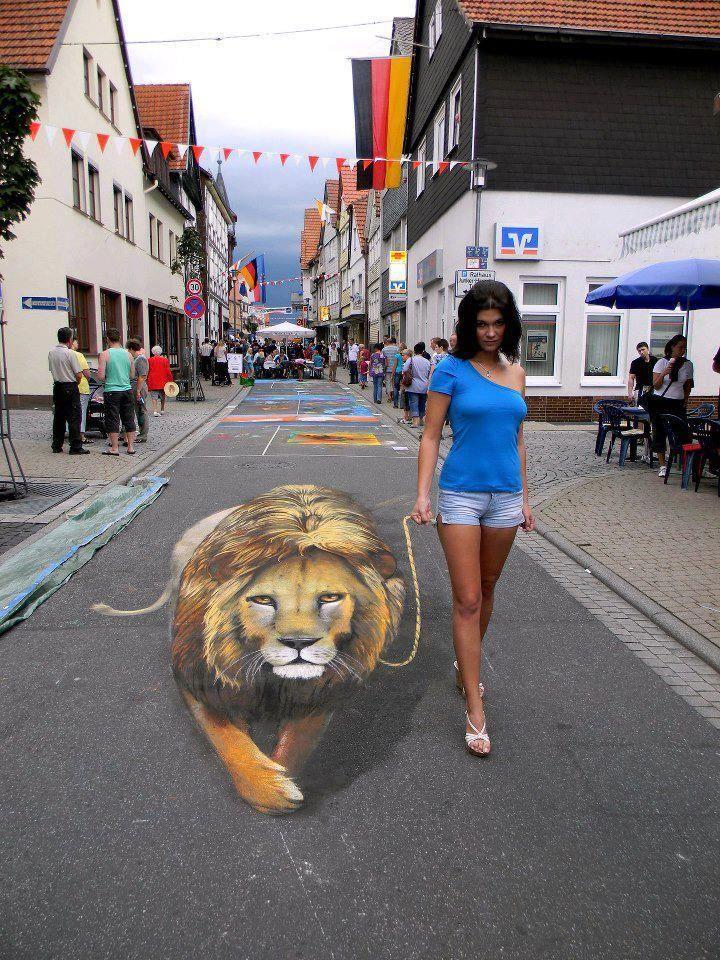 Una bella ragazza porta a spasso un... leone !!!3D street art