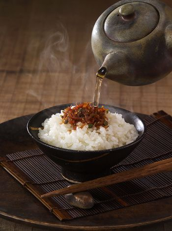お茶漬けの定番のお供であるちりめん山椒の佃煮をのせて。シンプルな一椀に美学さえ感じます。