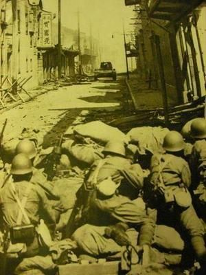 Japanese troops in a street-fight with a Chinese tank. Battle of Shanghai 1937. 武士の島