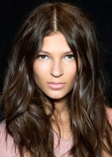 Tendenza capelli ondulati primavera 2014 Capelli mossi con riga in mezzo color cioccolato, tutti da copiare nella prossima primavera 2014