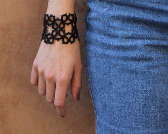 Pulsera crochet negra / / pulsera boho / / Negro brazalete / pulsera de encaje / / joyería de la pulsera/del ganchillo del pun ¢ o  Ganchillo precioso brazalete pulsera con botón de bronce simple en negro. Un brazalete únicamente labrado con una puntada muy trabajado, interesante textura. Utilizar como una manera de personalizar cualquier equipo.  100% algodón. La medida del brazalete se realizará a la orden y medirá aprox. 17,5 cm (aprox. 6,4 pulgadas)...