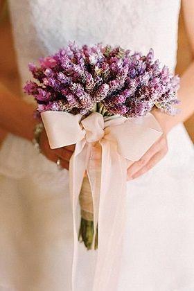 優しい香りに包まれる、ラベンダーとリボンのフェミニンブーケ♡ 北海道での結婚式のアイデア一覧。ウェディング・ブライダルの参考に。