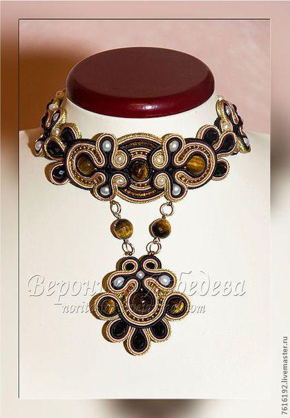 Купить или заказать Колье-стойка Tribute to  Dolce & Gabbana в интернет-магазине на Ярмарке Мастеров. Колье-стойка с подвеской в бежево-черно-золотистых тонах с речным жемчугом и тигровым глазом. Смотрится очень красиво, ярко и необычно.
