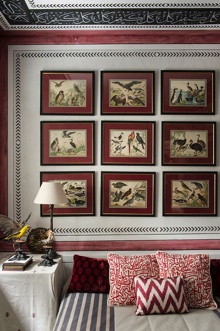 In one of the rooms friend, a collection of lithographs bird is hung above the bed On the bedside table, stuffed birds take up the theme.