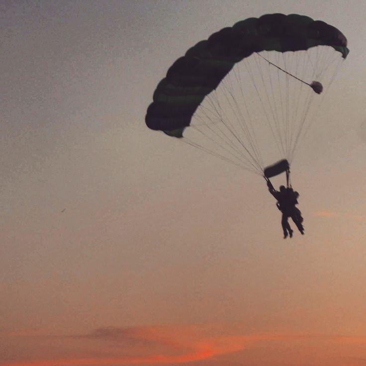 Fallschirmspringen in Freistadt (Österreich). Schirmflug bei Sonnenuntergang. #österreich #freistadt #fallschirmsprung #reisen #Urlaub #reiseblogger #travel #reiseblog #travelblog #travelblogger