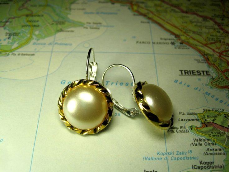 Orecchini  monachella francese perla media di L'atlante dei Bottoni Bijoux su DaWanda.com