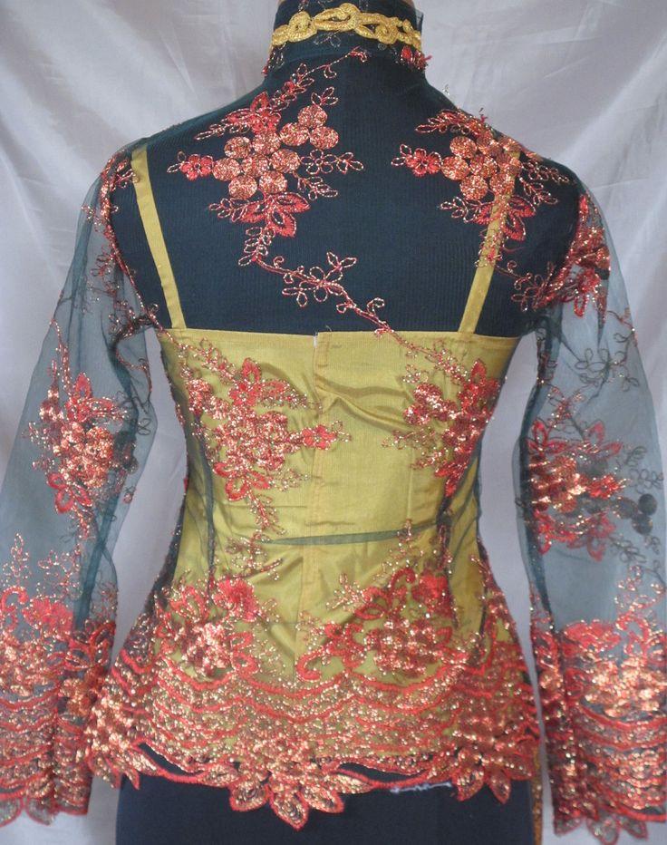 Sarong en kebaya : Kebaya donker groen goud met bijpassende sarong plisse