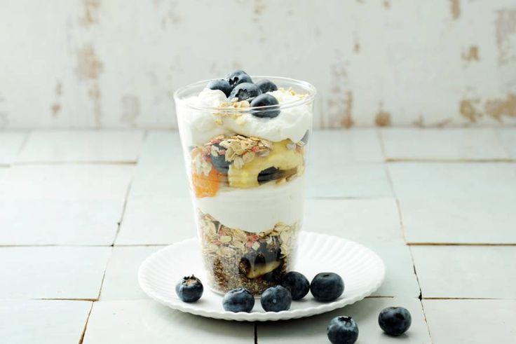 Yoghurt met tuttifrutti en blauwe bessen - Recept - Allerhande