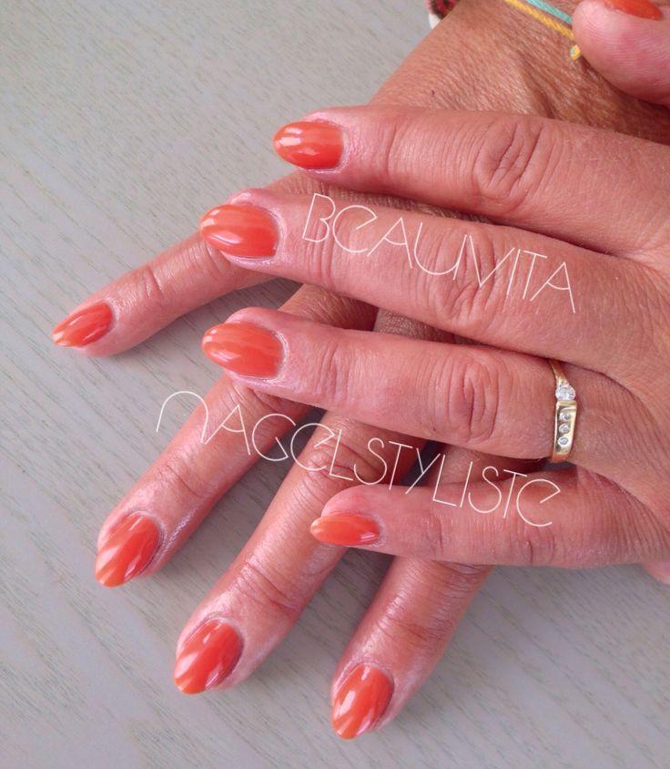 Acrylnagels met oranje gellak.  Lekker zomers