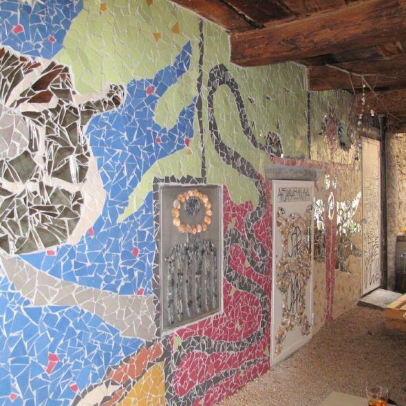 Woman; mosaico realizzato con piastrelle, specchi, conchiglie sassi e pittura acrilica; 2012