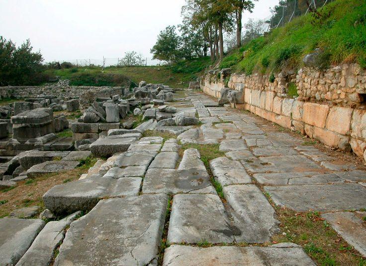 Η Εγνατία Οδός ,ήταν ένας από τους μεγαλύτερους στρατιωτικούς και εμπορικούς δρόμους του αρχαίου κόσμου,Ο άξονας που συνέδεε τη Ρώμη με τις κτίσεις της στην Ανατολή.Κατασκευάστηκε μεταξύ 146 και 120 π.χ. από τον ανθύπατο της Μακεδονίας Γναίο Εγνάτιο,πάνω στα ίχνη του πανάρχαιου δρόμου που διέσχιζε τη Μακεδονία και τη Θράκη από τα ανατολικά προς τα δυτικά.