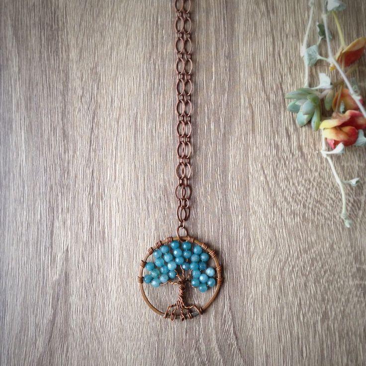 Collana lunga Albero della Vita in rame, agata azzurra e catena lavorata femminile ed elegante boho chic hippie di Cuony su Etsy https://www.etsy.com/it/listing/498438073/collana-lunga-albero-della-vita-in-rame