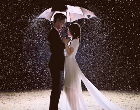 Clad in gowns and suits, as well as the concept of rain with both sepayung sweeteners , make your photo more romantic...Info: 0896-6717-7776 / 0813-9219-8008