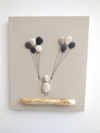 Tableau féerique composé de galets collés représentant un enfant aux ballons. Galets récoltés sur nos plage de l'océan atlantique. Jolie déco ration à suspendre au mur.  - 18241991