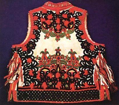 Juhbőrből készült mellény, gazdag zsinórozással és hímzéssel, oldalán bojtokkal (Kalotaszeg, v. Kolozs m., 19. sz. vége)