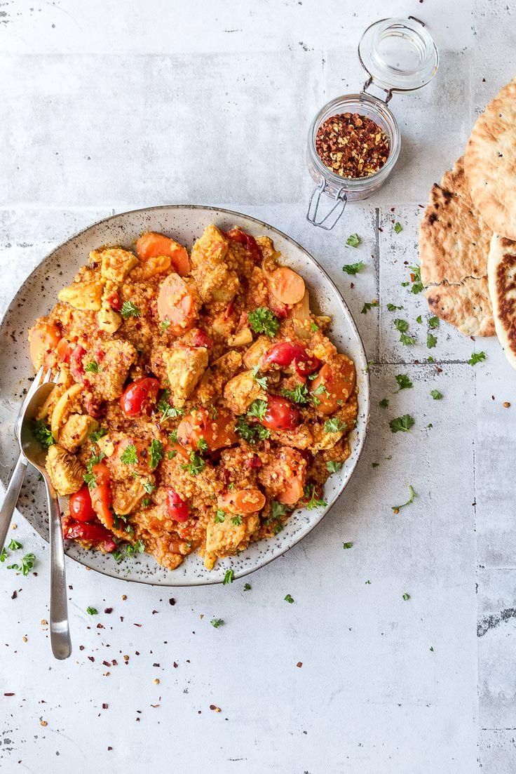 Tunesisk mad er mættende og med masser af krydderier. Lav en lækker og nem gryderet fra Tunesien med kylling, kikærter, traditionel cous cous og krydderier.