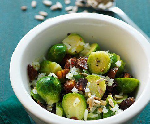 curiosa questa insalata di cavoletti di Bruxelles, albicocche secche e semi di girasole...