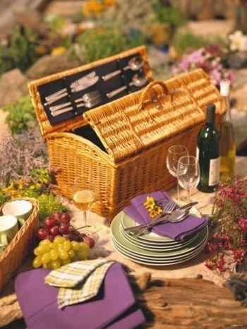 日本ではピクニックにお弁当を持っていきますが、海外のオシャレさを演出するなら食器、カトラリー、ワイン、フルーツなどをバスケットに詰め込みましょう。テーブルコーディネートを楽しむのがポイントです。