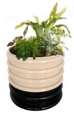 Bovenop deze wormenbak plaats je een deksel met potgrond en planten. Je compostwormen kunnen lekker door de aarde kruipen. De vochtige aarde zorgt voor koeling van je wormenbak in de zomer. Deze wormenbak is ontworpen voor binnengebruik, maar hij mag ook naar buiten.  We importeren deze design-wormenbak uit Frankrijk. Bekijk de kleuren en prijzen in de webshop.  Compostcapaciteit voor 2 tot 5 personen, uit te breiden met extra ringen. Standaard met zwart deksel, het deksel kan vervangen wor