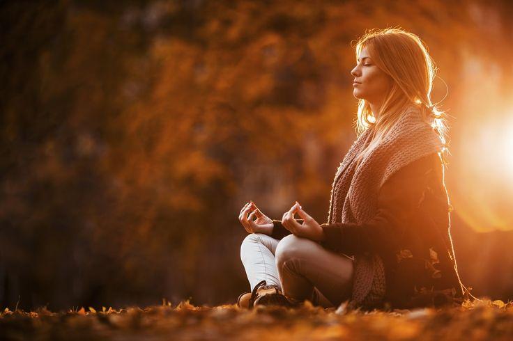 Herbst-Blues ade! Fünf Yoga-Tipps, die Sie gesund und fit durch den Herbst führen  #fit mit yoga #Yoga #yoga gesund #yoga herbst