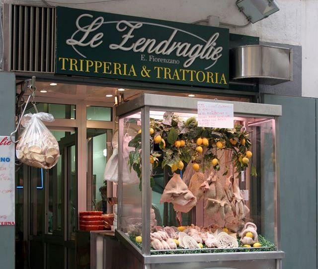 Le Zendraglie (via Pignasecca, 14): il regno della trippa a Napoli è qui. La famiglia Fiorenzano è nota proprio per la loro tripperia storica nel cuore della Pignasecca. La trippa esposta nel banchetto che si trova all'entrata diventa, all'interno del ristorantino, un piatto che rivela gli antichi sapori della città.