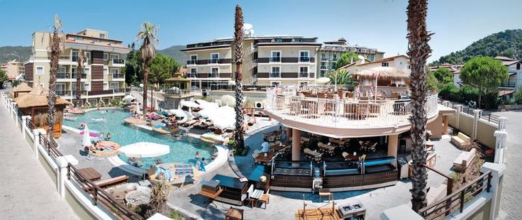 Hotel Mersoy Bellavista is prachtig gelegen, omgeven door groene bergen en dichtbij restaurants, bars en het strand. Dit luxe hotel is alleen voor volwassenen vanaf 18 jaar te boeken. De kamers zijn in verschillende thema's ingericht en rond het zwembad kunt u heerlijk relaxen. Het hotel heeft een healthcenter met tegen betaling sauna, spa, massage en Turks bad.    Officiële categorie ****