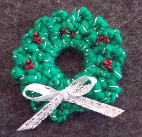 Crochet: Free pattern to make a Wreath pin for Christmas
