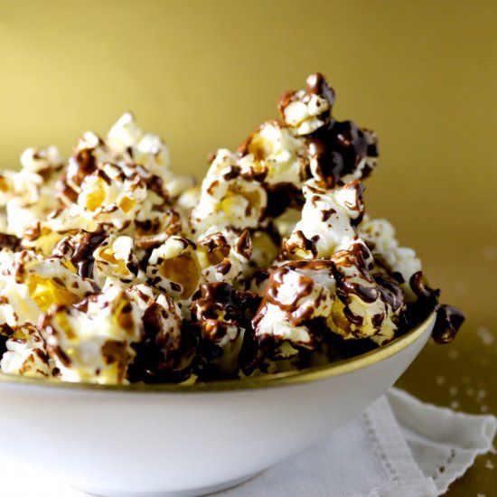 Delicious and extremely addictive dark chocolate and sea salt popcorn (in Spanish)