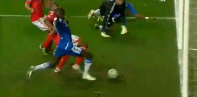 Ramires fura e perde gol feito na pequena área em jogo do Chelsea… lembrou alguém?