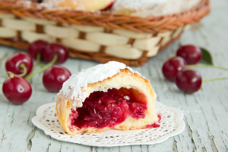 Vişneli kurabiye tarifi, lezzeti ve minnoşluğu ile kalbinizin ortasına kurulmaya geliyor. Hazır vişneler tezgahlarda görülmeye başlamışken, aklınızda olsun.