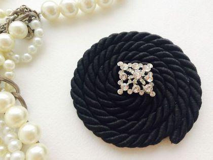 Купить или заказать Брошь Спираль в интернет-магазине на Ярмарке Мастеров. Брошь из жгута с сердцевиной из кристаллов. Отлично подойдет для верхней одежды, пальто или шубы доя завершения образа.