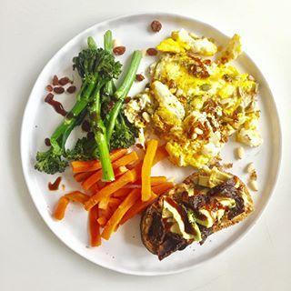 Le dej veggie de ce midi!  Depuis que je suis enceinte, je veille d'autant plus à varier mes apports et à manger équilibré! Bien sûr je me fais aussi plaisir de temps en temps avec des petites gourmandises, mais au moins 80% du temps c'est healthy!  Œufs brouillés à l'emmental et aux graines, brocolis et carottes (frais et bio), tartine de pain aux graines de pavot + beurre de cacahouète + avocat + tomates séchées. Assaisonnement citron et crème de vinaigre balsamique, poivre et sel rose de…