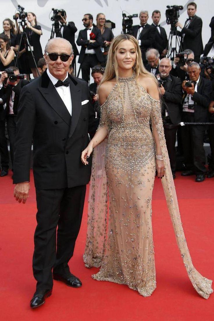 El presidente fundadore de Grisogono y la actriz y cantante británica Rita Ora posa a su llegada a la ceremonia por el 70º aniversario del Festival Internacional de Cine de Cannes (Francia) el 23 de mayo de 2017.
