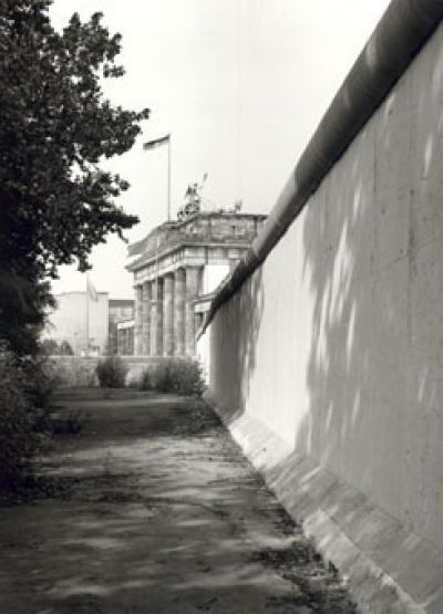 Berlin-Mitte: Sperrmauer am Brandenburger Tor