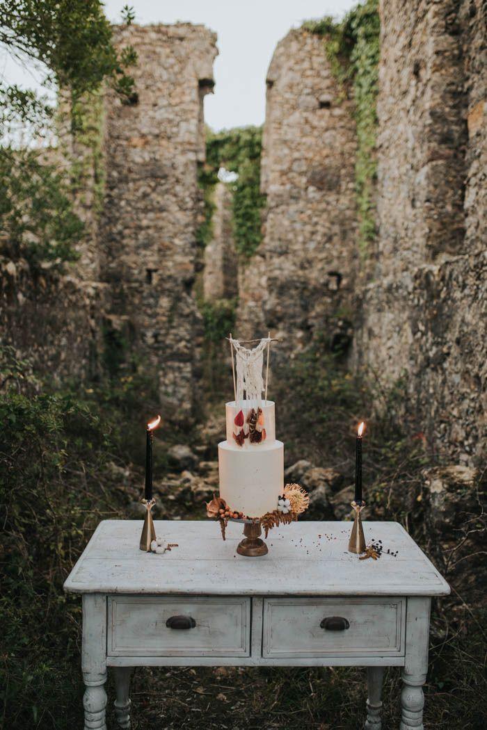 Earthy and bohemian cake setup in Portuguese ruins | Image by Hugo Coelho Fotografia