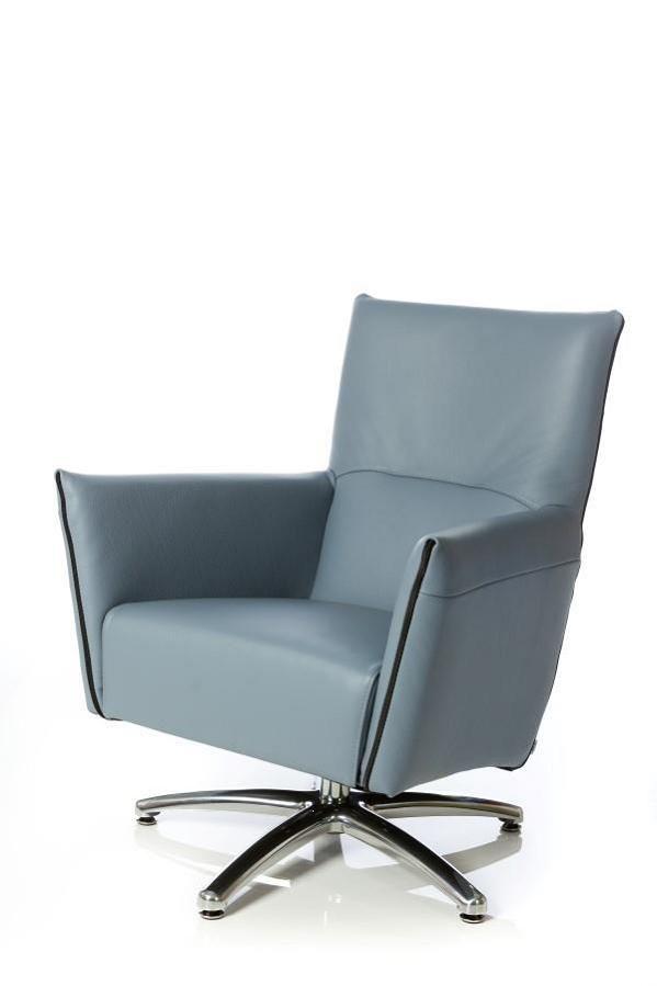 Fauteuil Ludo is een strakke fauteuil met een vaste of draaibare design voet.De fauteuil heeft een modern rits accent aan de voorzijde van de armleuningen.