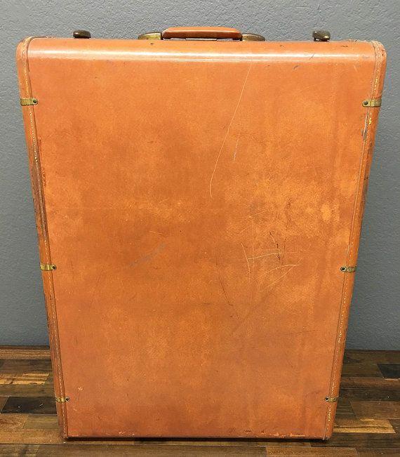 Se trata de una maleta de Samsonite Vintage años 50 muy cuidada. Este armario grande Streamlite maleta de cuero marrón está en grandes condiciones vintage, dentro y por fuera. La maleta tiene gran patina con la cantidad justa de encanto y carácter. El interior es un tweed marrón y crema con una rayas naranja, tiene dos estantes. Todos los seguros en los tres lados abren y cierran bien.    Las dimensiones son: 29 x 21 x 9.75    Esto haría que una pieza impresionante de la pantalla o hay…