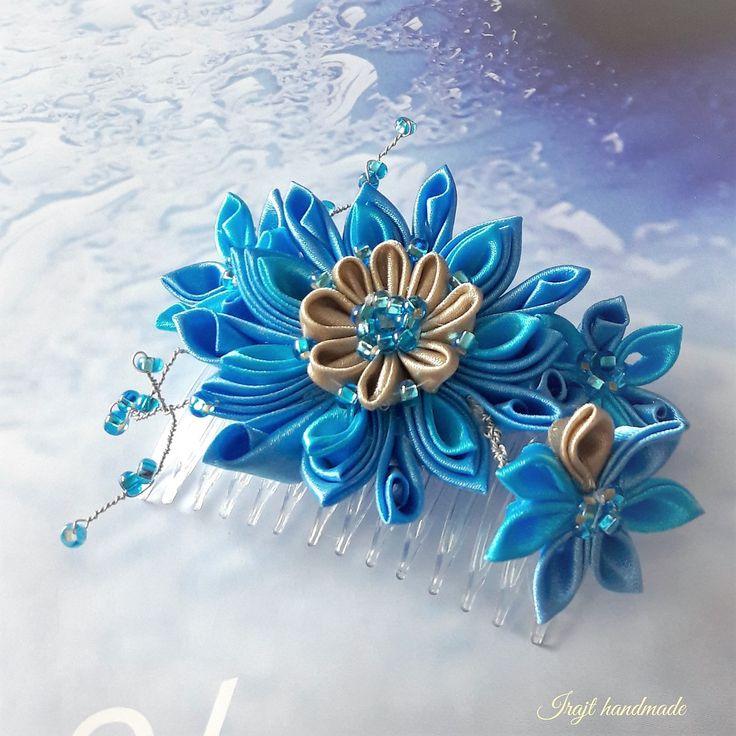 Mořská+bouře+(+hřebínek+do+vlasů)+plastový+hřebínek+do+vlasů+(+70x45mm)+je+dozdoben+technikou+kanzashi.Květy+kanzashi+jsou+vyrobeny+ze+saténových+stuh+v+barvě+pískové+a+dvou+odstínů+modré.+Dozdobeny+jsou+modrými+korálky.+Teplé+jsou+noci+teplá+jsou+rána+v+poledne+slunce+hoří+schovat+se+do+stínu+zaplavat+si+v+moři...+**************************************************...