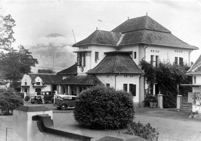 Raadhuis, op de achtergrond de vulkaan Soembing, Magelang, Midden Java 1900-1940