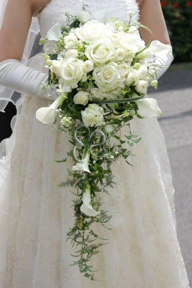 Il bouquet a cascata è una composizione floreale ad alto impatto scenografico. Il bouquet a cascata è perfetto per una sposa dalla figura alta e slanciata.