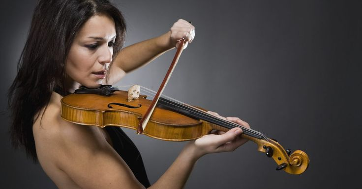 Cómo hacer que el violín suene . Aprender a tocar el violín requiere conocimientos especializados de cómo sostener el instrumento. Por suerte, cualquier puede aprender a producir sonidos con el violín. El truco están en saber hacer dos cosas importantes: cómo sostener el arco y cómo sostener el instrumento. El estudio del violín puede darte una vida entera de placer musical y ...